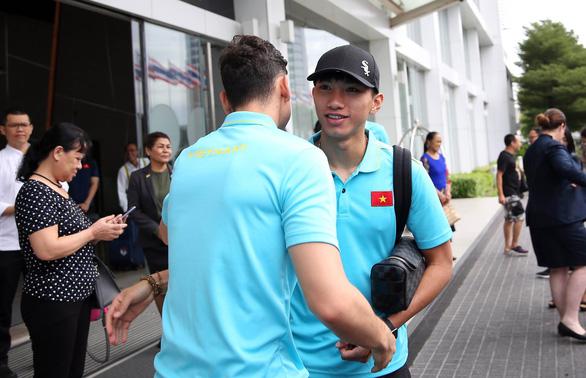 Thủ môn Văn Lâm bịn rịn chia tay ông Park và đồng đội - Ảnh 3.