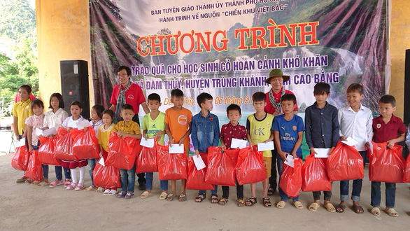 Đoàn về nguồn Ban Tuyên giáo Thành ủy TP.HCM trao 100 suất quà cho học sinh biên giới - Ảnh 1.