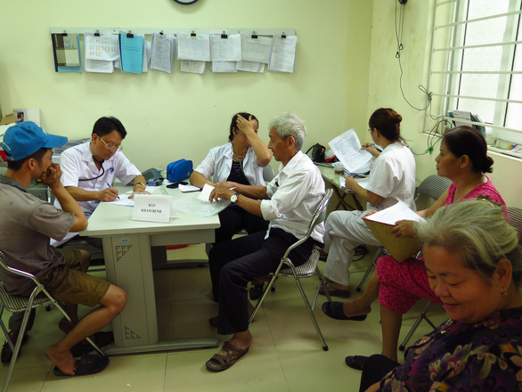 Gần 500 người đi khám bệnh sau vụ cháy Công ty Rạng Đông - Ảnh 1.