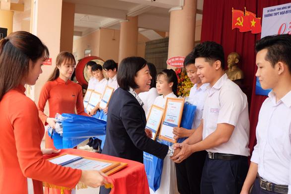 Sacombank trao 3.559 học bổng cho học sinh, sinh viên - Ảnh 1.