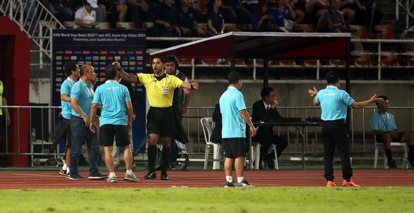 Ban huấn luyện đội tuyển Việt Nam và Thái Lan hai lần nảy lửa ngoài sân - Ảnh 1.