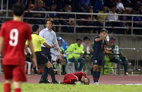 Ban huấn luyện đội tuyển Việt Nam và Thái Lan hai lần nảy lửa ngoài sân - Ảnh 4.