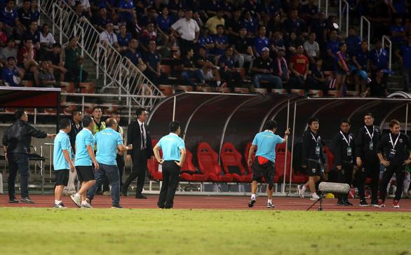 Ban huấn luyện đội tuyển Việt Nam và Thái Lan hai lần nảy lửa ngoài sân - Ảnh 6.