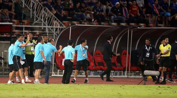 Ban huấn luyện đội tuyển Việt Nam và Thái Lan hai lần nảy lửa ngoài sân - Ảnh 8.