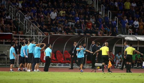 Ban huấn luyện đội tuyển Việt Nam và Thái Lan hai lần nảy lửa ngoài sân - Ảnh 9.