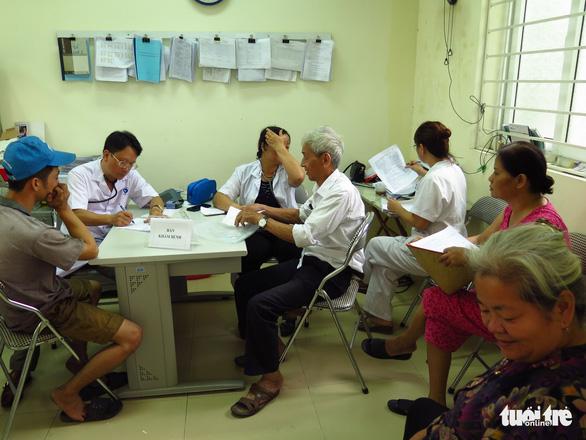 Ngày đầu khám bệnh vụ cháy Công ty Rạng Đông: 52 người phải đi điều trị - Ảnh 3.