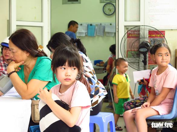 Ngày đầu khám bệnh vụ cháy Công ty Rạng Đông: 52 người phải đi điều trị - Ảnh 1.