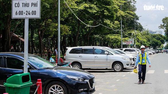 Phí đỗ xe lòng đường ở TP.HCM: Thu vào 1, chi đến 4 - Ảnh 1.