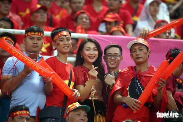 Sắc đỏ trên sân Thammasat - Ảnh 4.