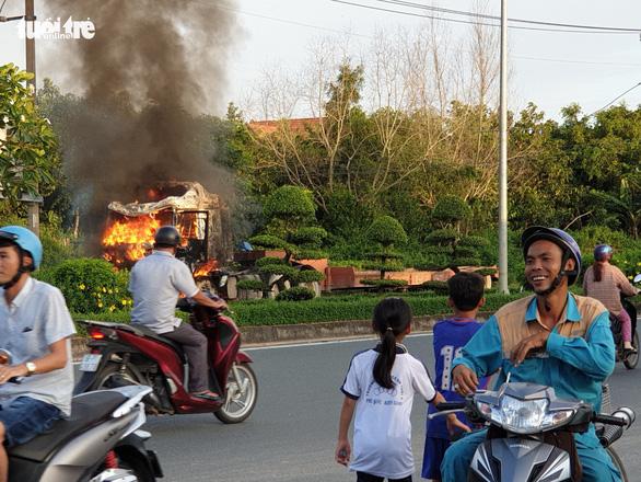 Xe đầu kéo cháy ngùn ngụt, cả trăm người vui vẻ đứng livestream - Ảnh 4. xe đầu kéo cháy ngùn ngụt, cả trăm người vui vẻ đứng livestream - logo-xe-4-15677775311241535627336 - Xe đầu kéo cháy ngùn ngụt, cả trăm người vui vẻ đứng livestream