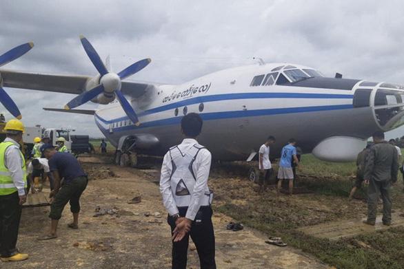Sân bay Myanmar đóng cửa vì máy bay quân sự trượt đường băng - Ảnh 1.