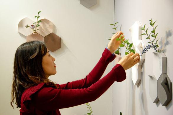 Nhà thêm cá tính với bình hoa gắn tường độc đáo - Ảnh 1.
