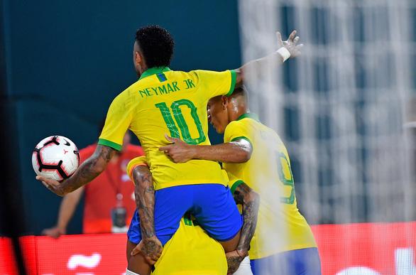 Neymar ghi bàn, Brazil hòa Colombia 2-2 - Ảnh 1.