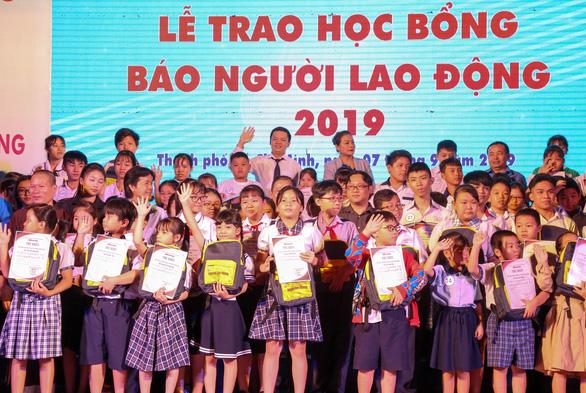 121 suất học bổng cho con em công nhân khó khăn - Ảnh 1.