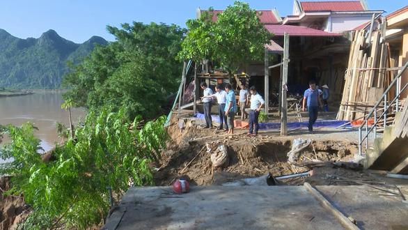 Sạt lở nghiêm trọng sau lũ, nhiều nhà có nguy cơ chìm xuống sông - Ảnh 3.