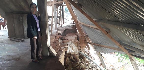 Sạt lở nghiêm trọng sau lũ, nhiều nhà có nguy cơ chìm xuống sông - Ảnh 2.