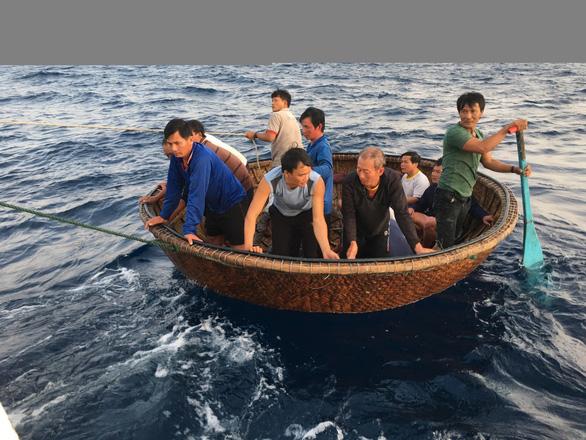 Chia nhau nửa lít nước, 41 ngư dân sống sót sau 39 giờ trôi trên biển - Ảnh 2.