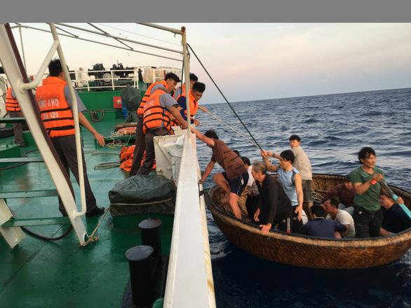 Chia nhau nửa lít nước, 41 ngư dân sống sót sau 39 giờ trôi trên biển - Ảnh 4.