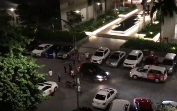 Bị đâm thương tích, thanh niên lái ôtô húc ngã hai người trong bãi xe chung cư - Ảnh 3.