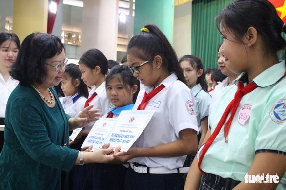 Trao 508 suất học bổng cho học sinh khuyết tật, mồ côi - Ảnh 1.