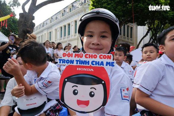 Đi bộ vận động toàn dân 'đội mũ bảo hiểm cho trẻ em' - Ảnh 6.