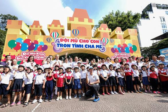Đi bộ vận động toàn dân 'đội mũ bảo hiểm cho trẻ em' - Ảnh 8.