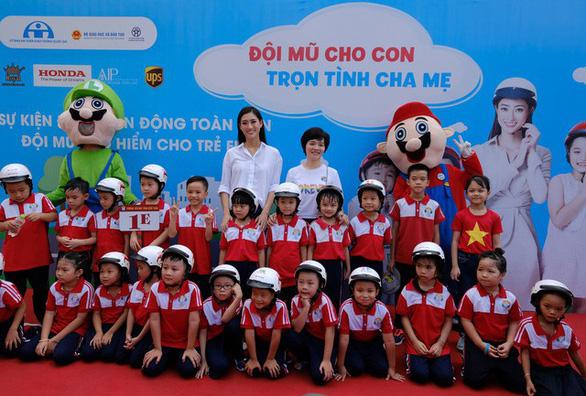 Đi bộ vận động toàn dân 'đội mũ bảo hiểm cho trẻ em' - Ảnh 7.
