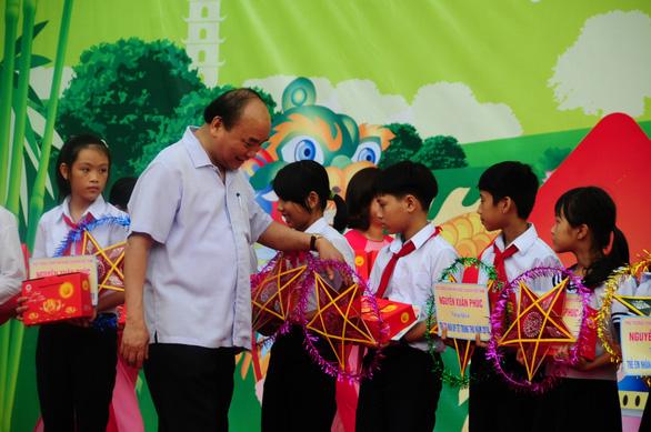 Thủ tướng Nguyễn Xuân Phúc đón Tết Trung thu cùng trẻ em Quảng Nam
