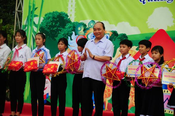 Thủ tướng Nguyễn Xuân Phúc đón Tết Trung thu cùng trẻ em Quảng Nam - Ảnh 2.