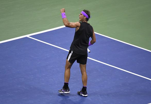 Thắng nghẹt thở Medvedev, Nadal chỉ còn kém Federer...1 nốt nhạc - Ảnh 2.