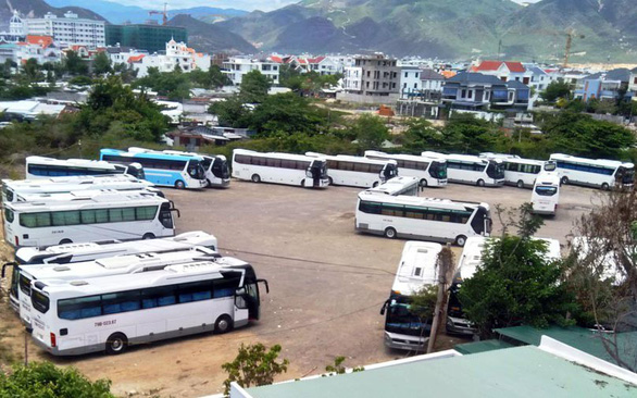 Bãi xe khách du lịch mở tràn lan tại Nha Trang - Ảnh 1.