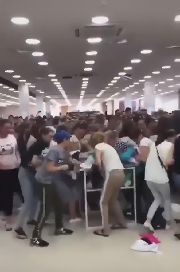 Tranh cướp hàng hỗn loạn tại siêu thị khi quần áo giảm giá sập sàn - Ảnh 1.