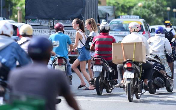 Người nước ngoài vi phạm luật giao thông: Khách hành xử sai, phải xem lại chủ nhà - Ảnh 1.