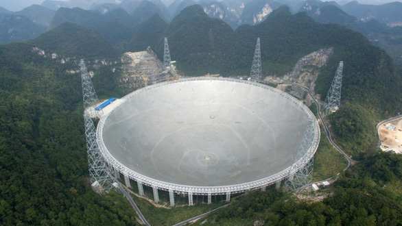 Kính viễn vọng khổng lồ bắt được tín hiệu bí ẩn từ vũ trụ - Ảnh 1.