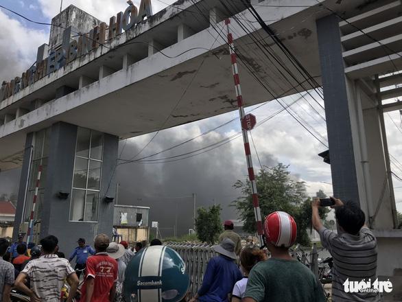 Khói mù trời Khu công nghiệp Bình Hòa vì cháy công ty sản xuất mùng, mền - Ảnh 1.