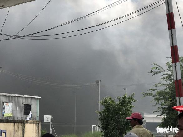 Khói mù trời Khu công nghiệp Bình Hòa vì cháy công ty sản xuất mùng, mền - Ảnh 3.