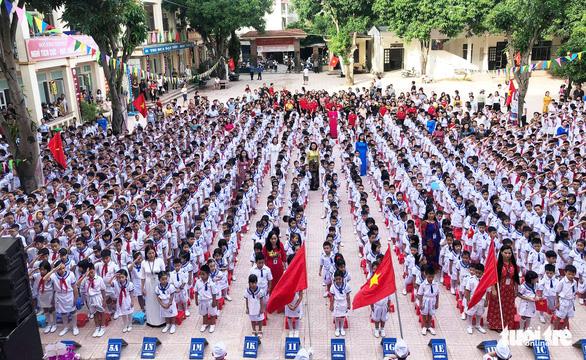 Hàng trăm trường khai giảng bù sau mưa lũ - Ảnh 3.