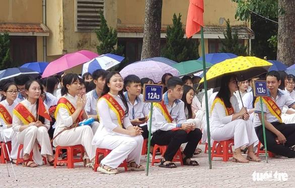 Hàng trăm trường khai giảng bù sau mưa lũ - Ảnh 2.