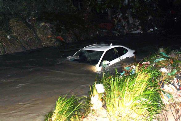 Cứu 4 người trong ôtô bị nước cuốn trôi ở suối Săn Máu - Ảnh 1.