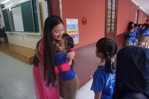 Cô giáo ôm, cụng tay, bắt tay... đón học trò vào lớp - Ảnh 2.