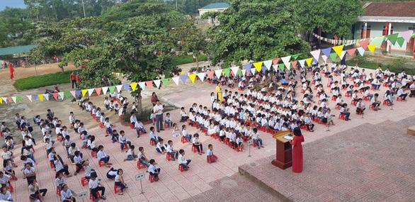 Hàng trăm trường khai giảng bù sau mưa lũ - Ảnh 8.