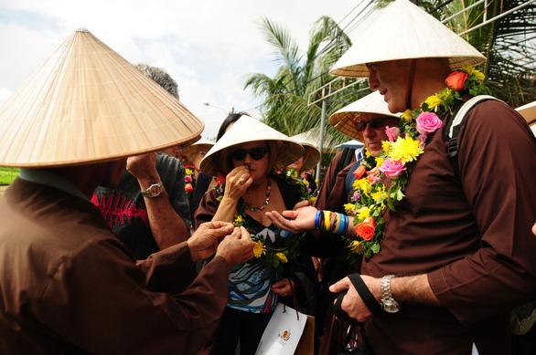 Hội An mở cửa làng rau Trà Quế chào đoàn khách xông đất Hội An - Ảnh 3.