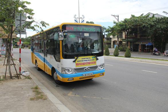 Hơn 50 tài xế xe buýt Đà Nẵng đi đòi lương ngay ngày đầu năm mới - Ảnh 1.