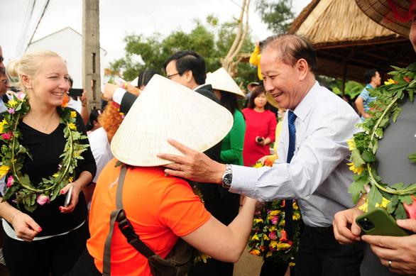 Hội An mở cửa làng rau Trà Quế chào đoàn khách xông đất Hội An - Ảnh 4.