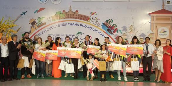 TP.HCM chào đón những vị khách quốc tế xông đất 2020 - Ảnh 4.