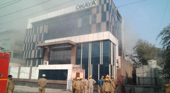 Cháy lớn ở Ấn Độ, lính cứu hỏa cũng bị mắc kẹt - Ảnh 1.
