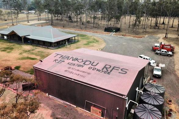 Trẻ em vẽ tranh, người lớn viết lời cảm ơn trên mái nhà dành cho lính cứu hỏa - Ảnh 1.