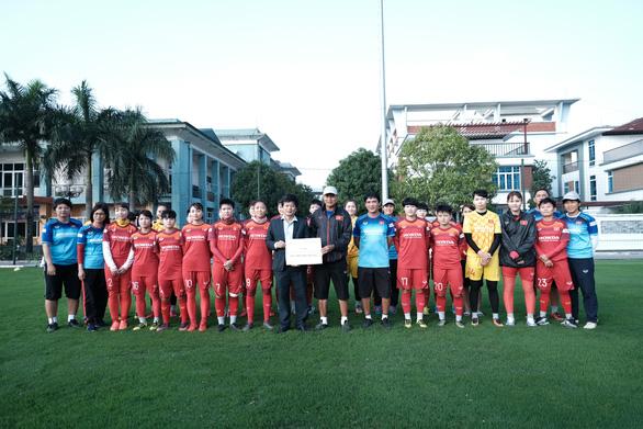 Chủ tịch Hội Nhà báo TP.HCM trao 400 triệu đồng cho đội tuyển nữ Việt Nam - Ảnh 1.