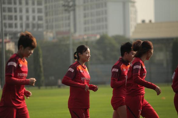 Chủ tịch Hội Nhà báo TP.HCM trao 400 triệu đồng cho đội tuyển nữ Việt Nam - Ảnh 3.