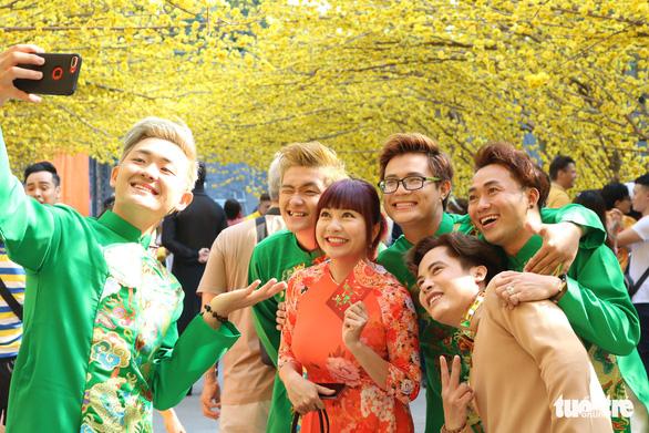 Sắc mai vàng rực tại Lễ hội Tết Việt xuân Canh Tý - Ảnh 2.